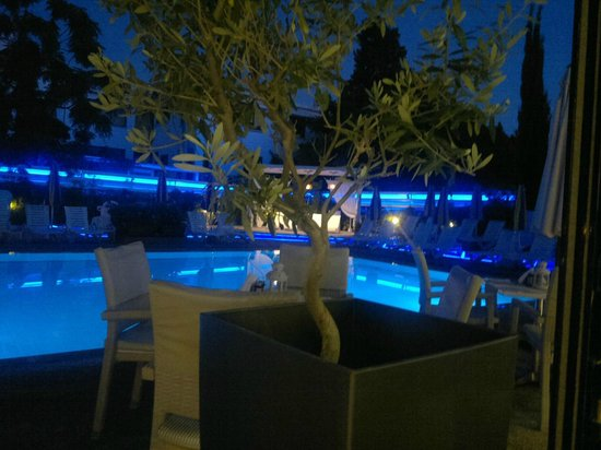 Anemi Hotel Apartments: Hotel pool at night