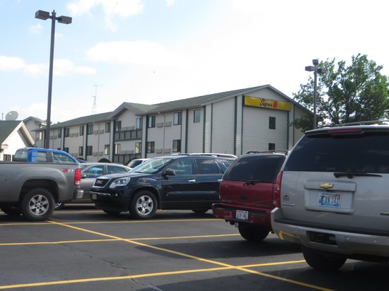 Super 8 Wisconsin Dells: Parking lot