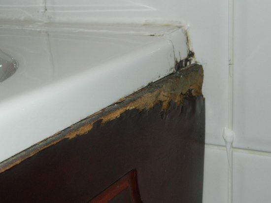 Devoncove Hotel: the broken bath panel