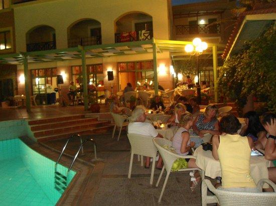 Samaina Inn Hotel: вечер греческой музыки