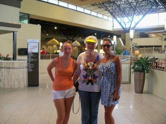 Crowne Plaza Jacksonville Airport Hotel: Granddaughters, Amanda & Sharae, in lobby, taken by a staff member