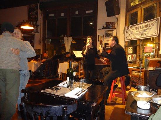 Bar Restaurante Los Laureles: La cantora Mariana Novoa
