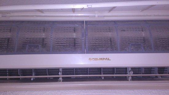 Hotel Kristal : Estado de limpieza del filtro del aire acondiccionado