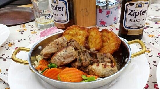 Gasthaus Restaurant Buzihütte: carne di maiale grigliata ai funghi con medaglioni di patate e verdure miste