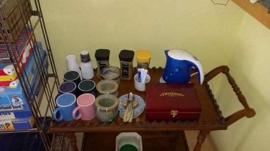 B&B 18: A selection of teas & coffee, besides a great variety of food for breakfast.