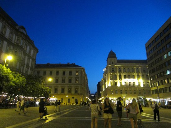 Hotel Central Basilica: Walking in Center at night