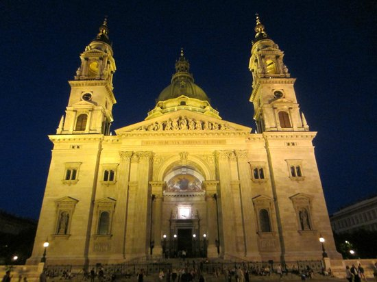 Hotel Central Basilica: View of Basilica at night