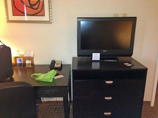 La Quinta Inn & Suites Kingsland/Kings Bay Naval B: tv and desk