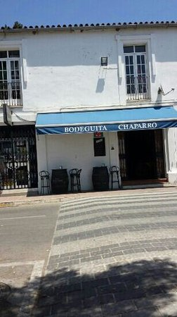 Bodeguita Chaparro: small place with terrase across street