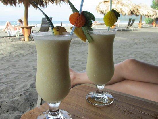 Hotel Banana Azul : Bar service on the beach