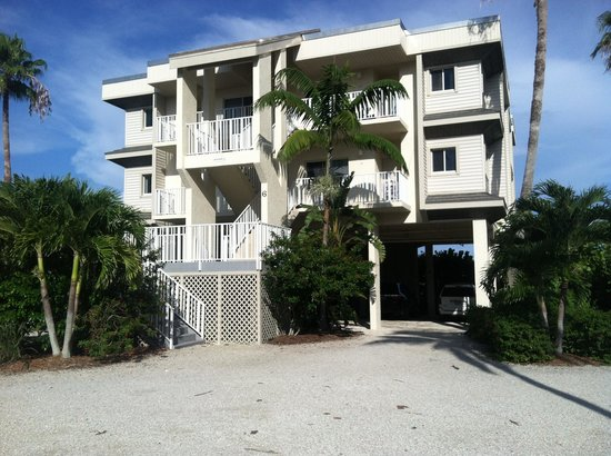Shell Island Beach Club : Each unit has four condos.