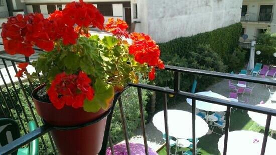 Hostal Horta Rosell: Balcón habitaciones