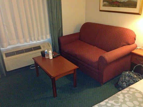 La Quinta Inn & Suites Brunswick: couch