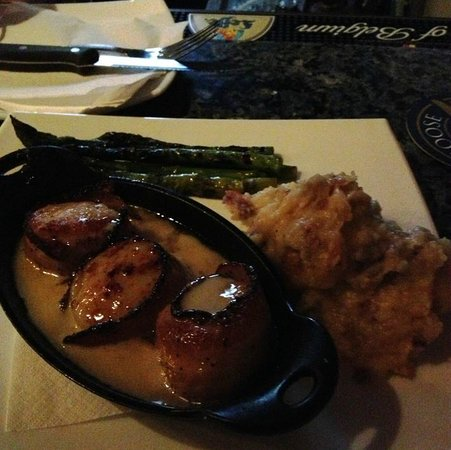 Frank & Nic's West End Grille: Bacon wrapped scallops w/grilled asparagus & mashed potatoes