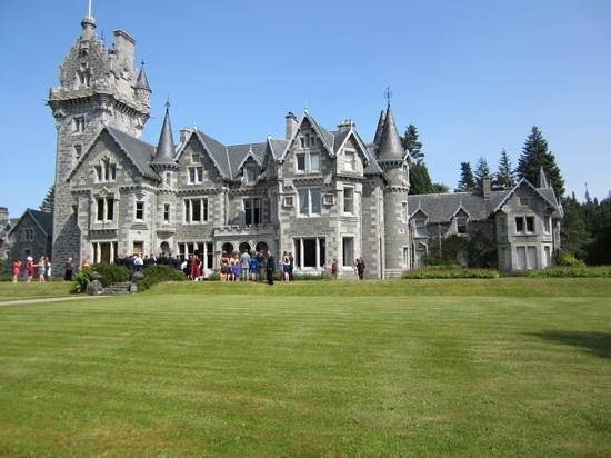 Ardverikie Estate: wedding photos on the lawn