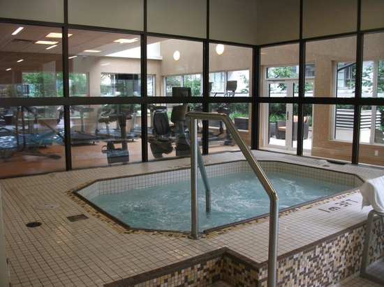 Landis Hotel & Suites: Large hot tub with exercise room beyong