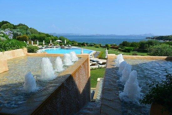 L'ea Bianca Luxury Resort : Pool mit Park
