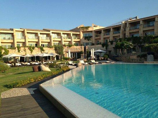 L'ea Bianca Luxury Resort: Pool mit Hotelansicht
