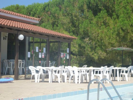 Laganas Hotel: seating for the outside bar pool area