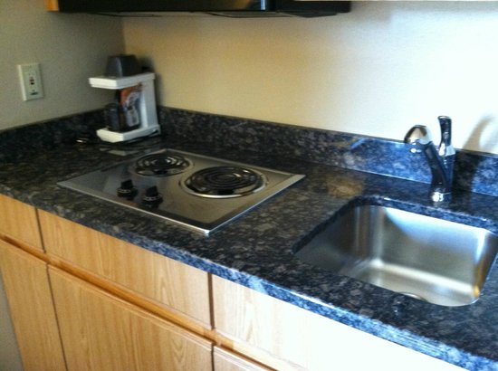 AmericInn Hotel & Suites Duluth South — Black Woods Convention Center : Kitchenette in Room 231