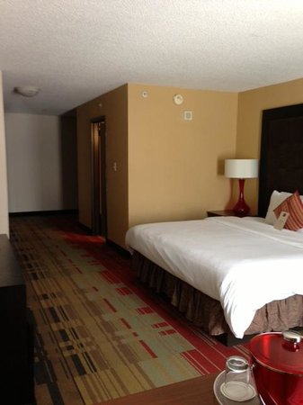 Bed and door picture of hotel preston nashville - Preston hotels with swimming pool ...