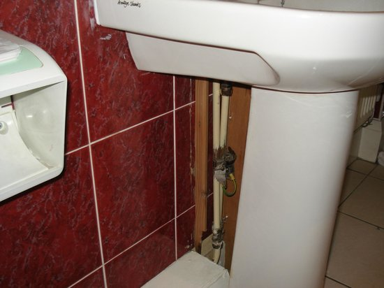 Devonshire House Hotel: Pipes exposed
