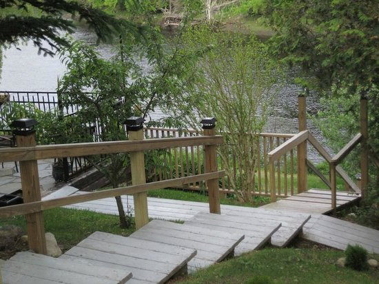 Riverside Inn: Stairs to path and river