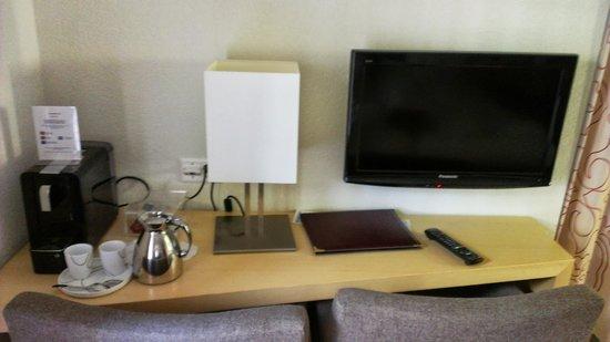 Hotel Testa Grigia : Desk with coffee pot