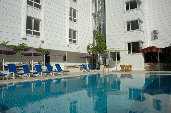 Doruk Hotel & Suites: havuz başı  sefası