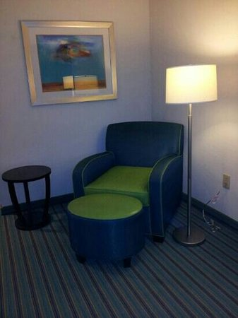 Holiday Inn Express Atlanta NE I-85 Clairmont: The very green vinyl chair in the king bed suite.