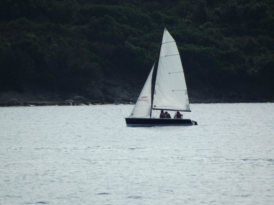 La Sciumara - Rada di Mezzo Schifo : Barca vista dagli scogli di granito