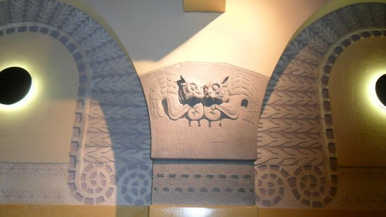 Aschan Cafe Jugend : cat reliefs on the walls