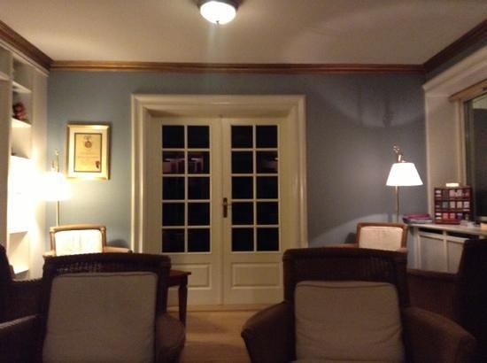 Gilleleje Badehotel: vardagsrum nattetid