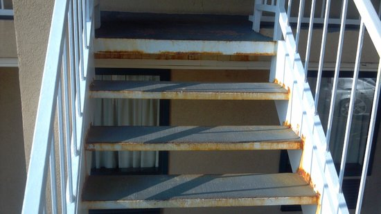 Baymont Inn & Suites Horn Lake Southaven: Top step at least an inch different than the rest