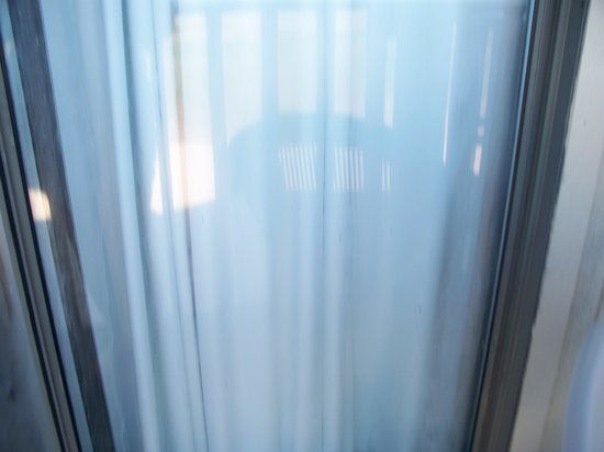 Waterfront Inn - Mackinaw City: sliding doors dirty and no screens