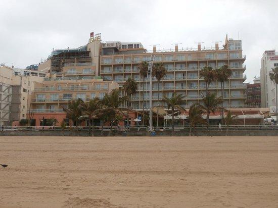 Reina Isabel Hotel: Frente del hotel desde la Playa de Las Canteras