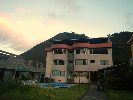 Napolitano Apart & Hotel: Nestled in the foothills of Baños de Agua Santa