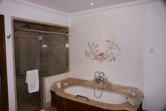 Belmond Palacio Nazarenas : Bathroom shower and tub- view from closet