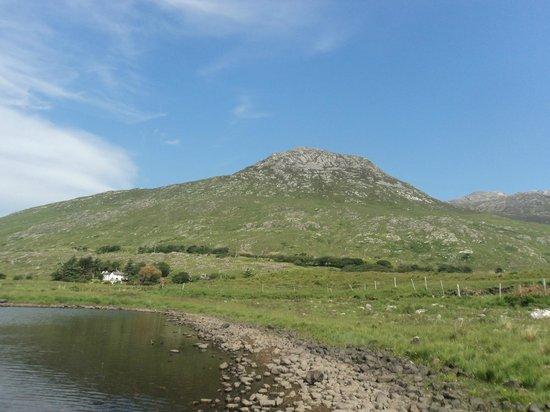 Ben Lettery Connemara Hostel: Ben Lettery (la montagne) et Ben Lettery Hostel devant
