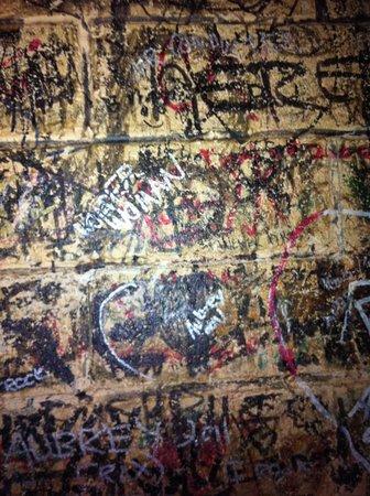 Li'l Abner's Steakhouse: Le pareti piene di firme
