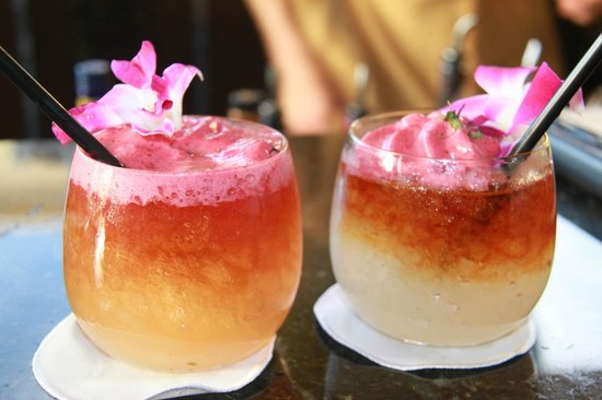 Four Seasons Resort Maui at Wailea: Cocktails at the bar a MUST