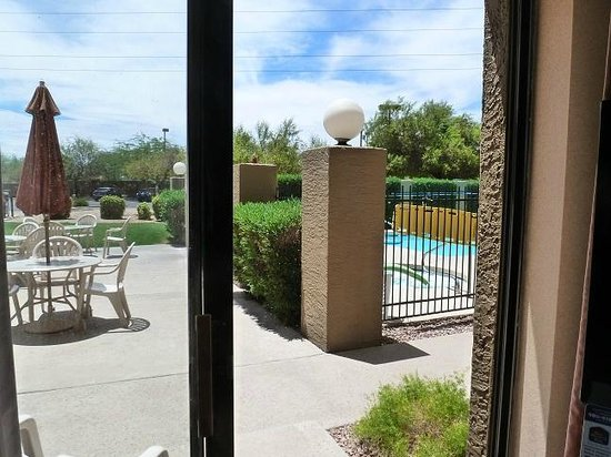 BEST WESTERN PLUS Tempe by the Mall: Getting a room off the pool with slider window view
