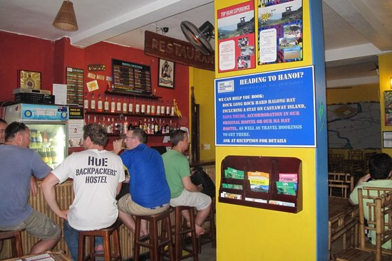Hue Backpackers' Hostel: The bar/cafe which also combined with the common area.