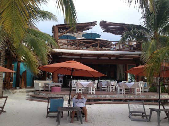 Holbox Hotel Casa las Tortugas - Petit Beach Hotel & Spa: Looking from the beach area to the restaurant