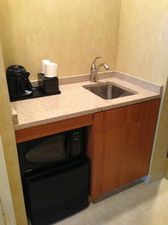 Embassy Suites by Hilton Philadelphia-Valley Forge: Coffee/kitchen area