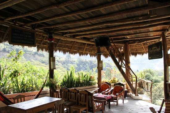 Eco Quechua Lodge: hotel lounge and view of the mountains. Comfy seats and hammocks to sit in