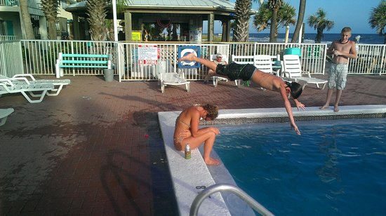 Bikini Beach Resort Motel: Getting some air @ the Pool....