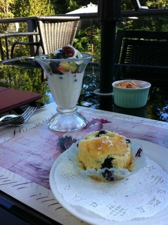 Lost Mountain Lodge: Breakfast overlooking the Pond on the Terrace