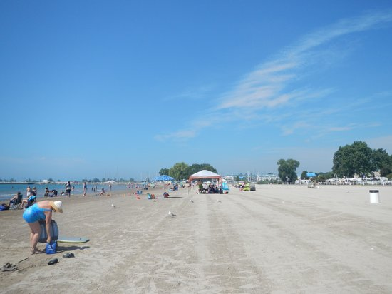 Cobourg Beach: Looking down the beach