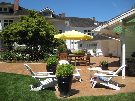 Crown Mansion Boutique Hotel & Villas: Courtyard in summer.